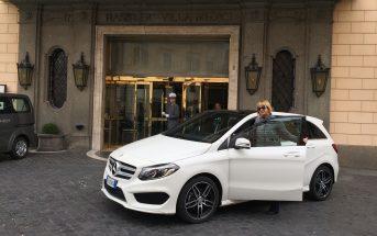 Claudia con la Mercedes Classe B Next