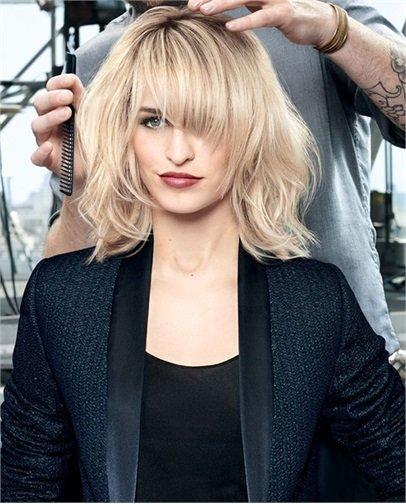 Foto di una modella con i capelli biorni