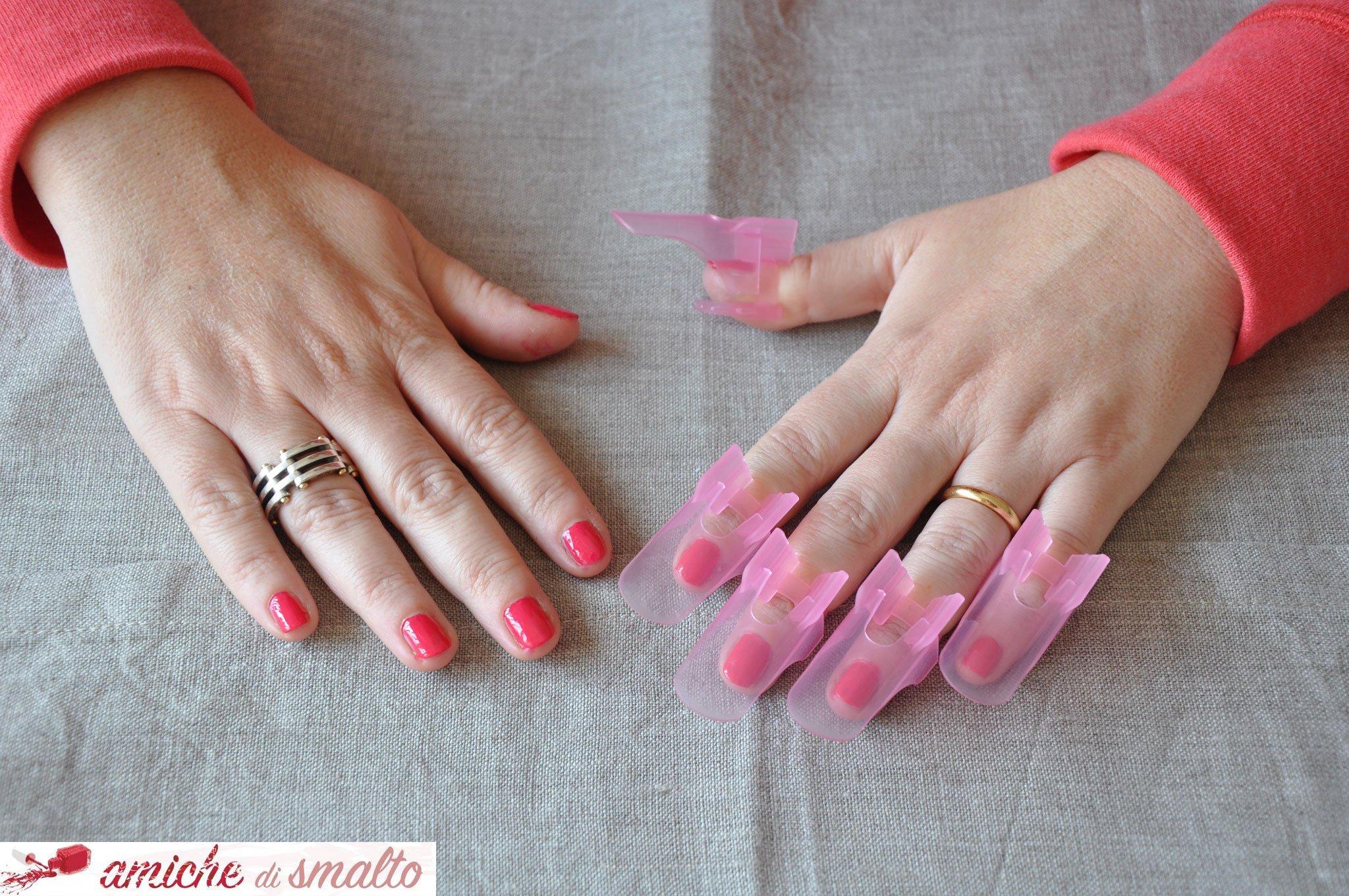 Foto della mani con i proteggi unghie