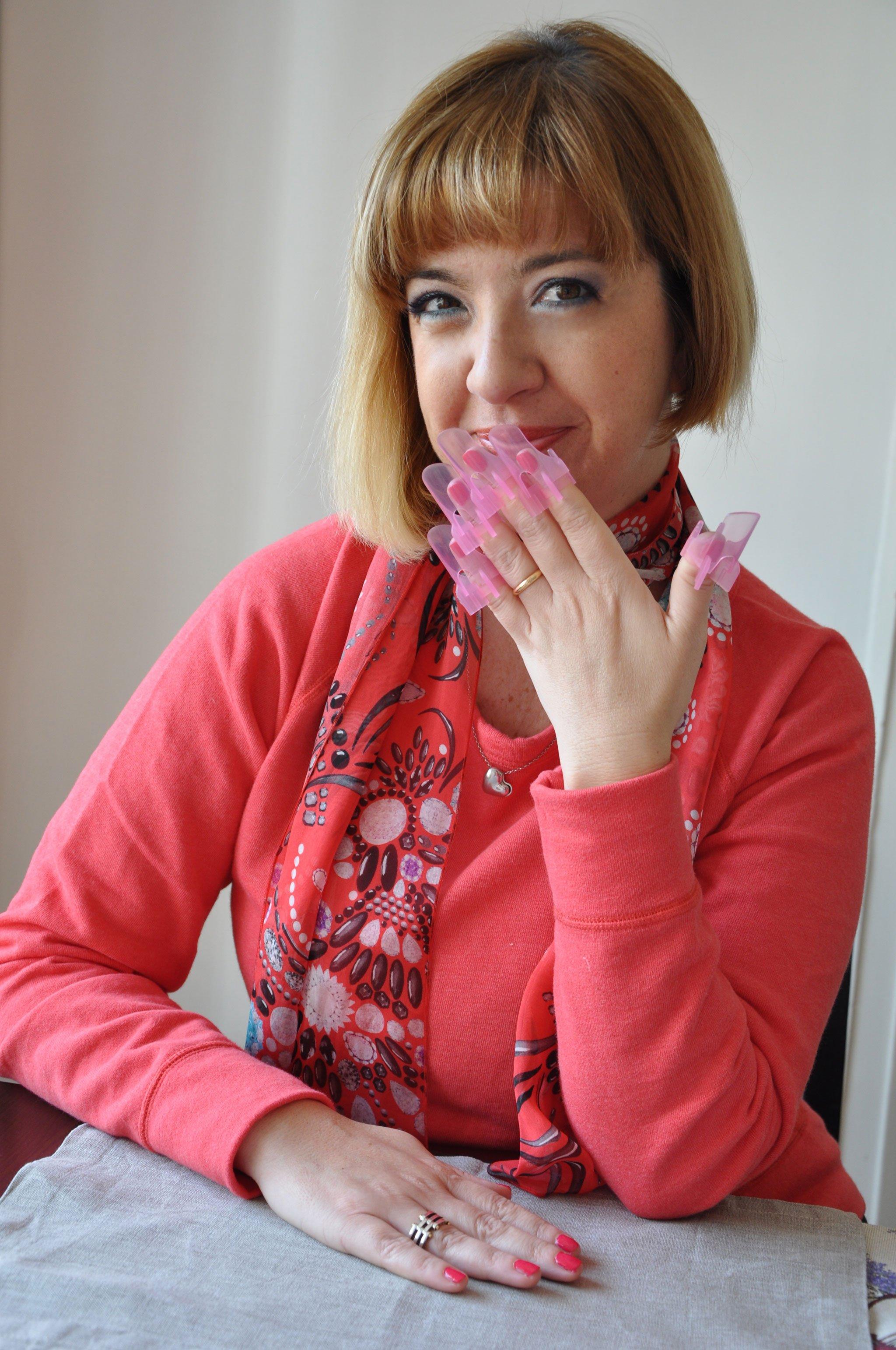 Foto di Claudia con i proteggi unghie