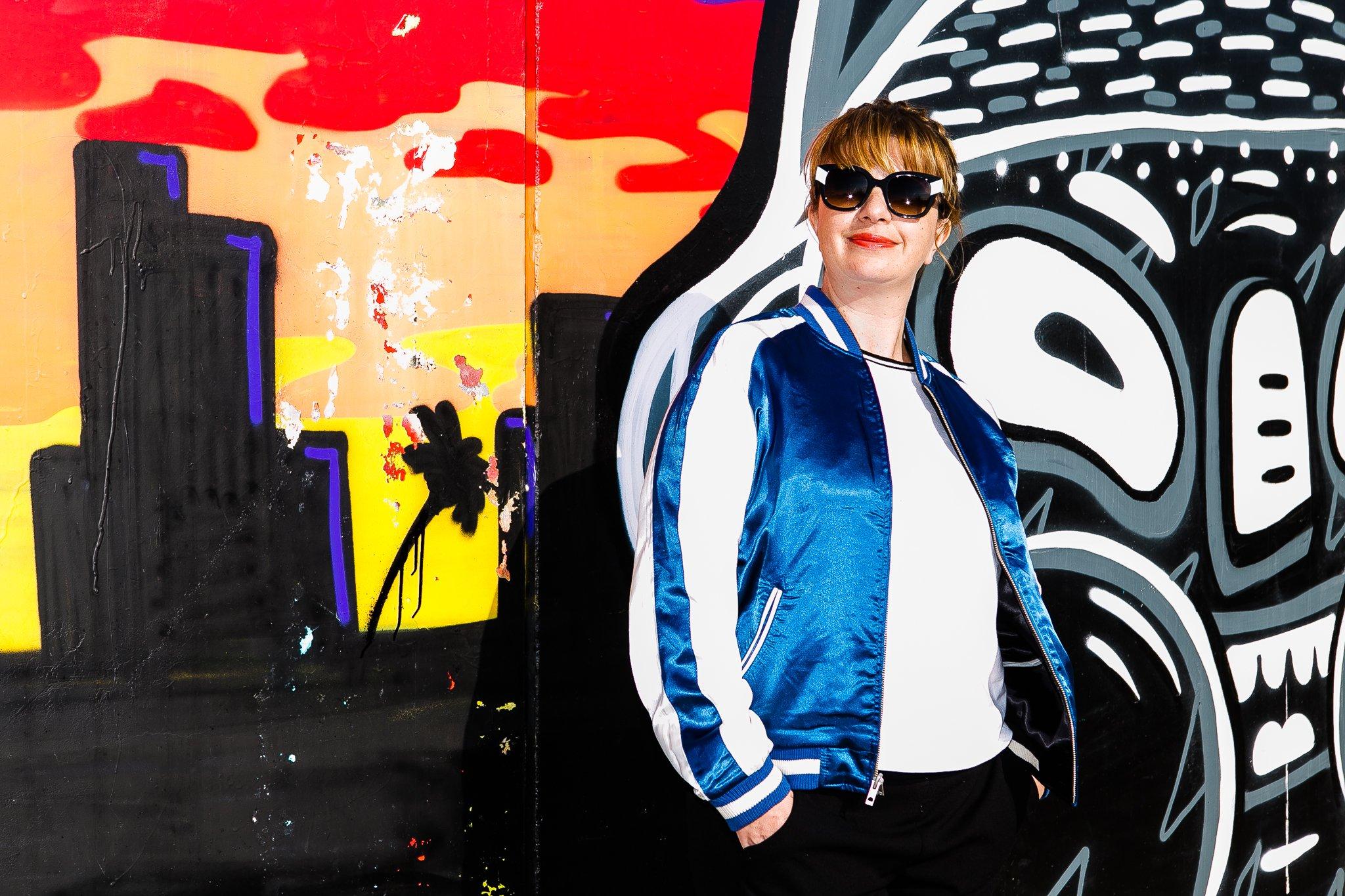 Foto della giacca bomber in bianco e blu