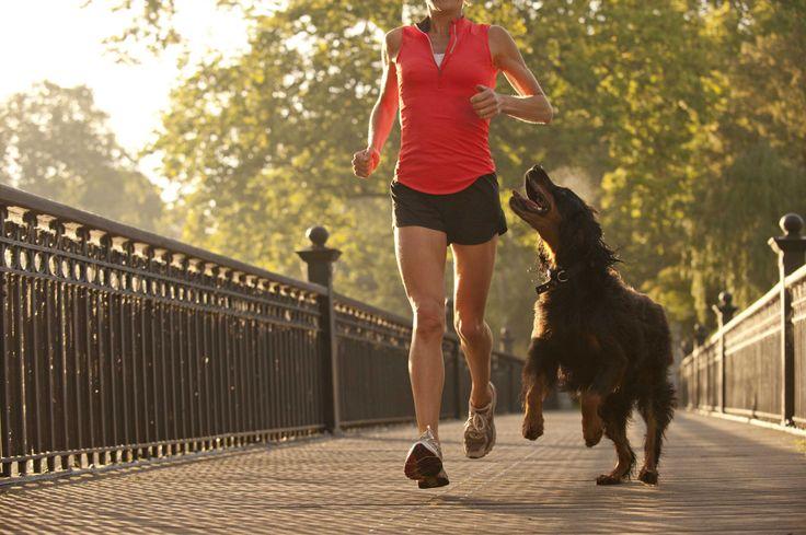 Foto di una ragazza che corre con il cane