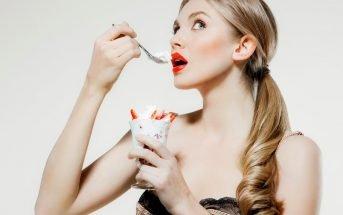 Foto di ragazza che mangia gelato