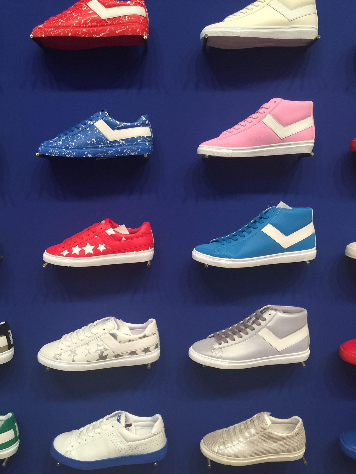 Foto delle sneaker Pony a parete