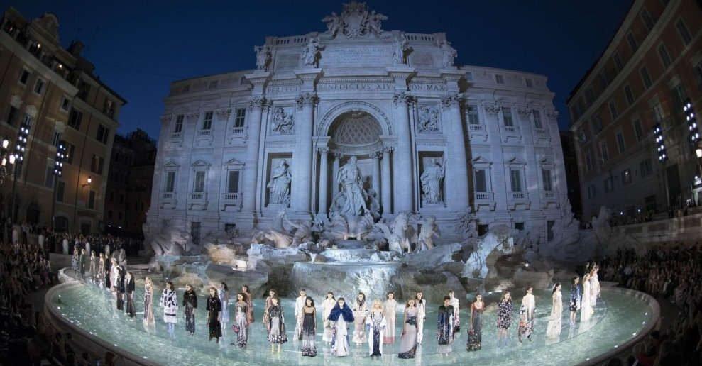 Foto della sfilata di Fendi a Fontana di Trevi