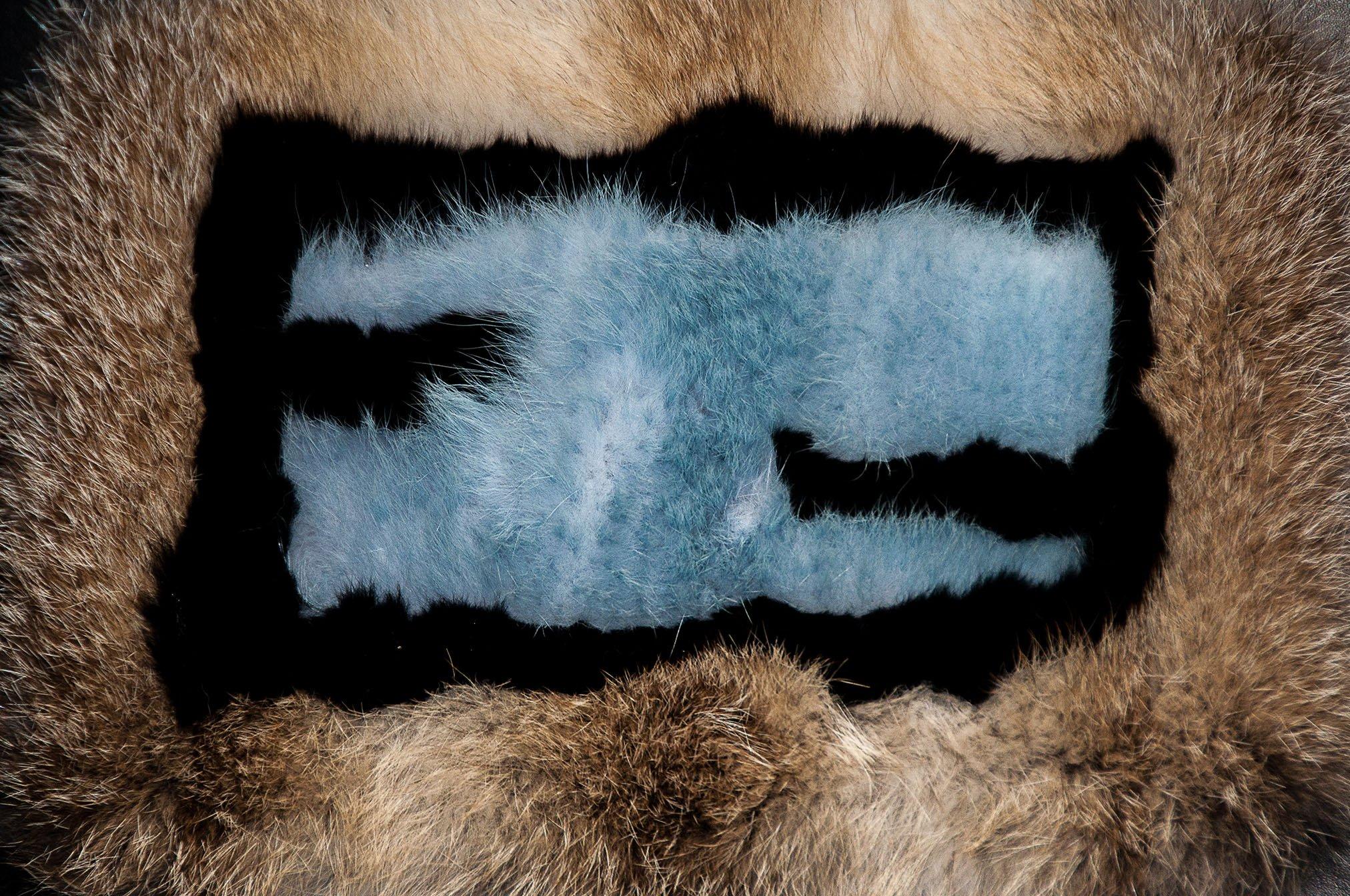 Il dettaglio della pelliccia Fendi con logo