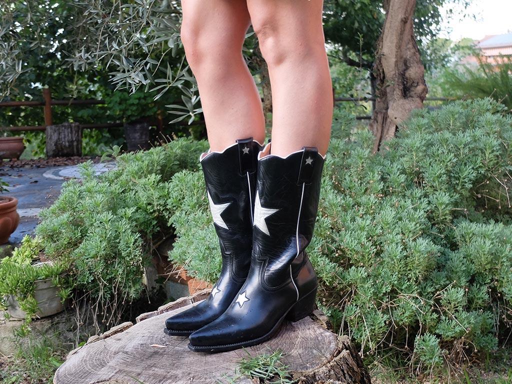 Foto degli stivali texani neri con stelle bianche