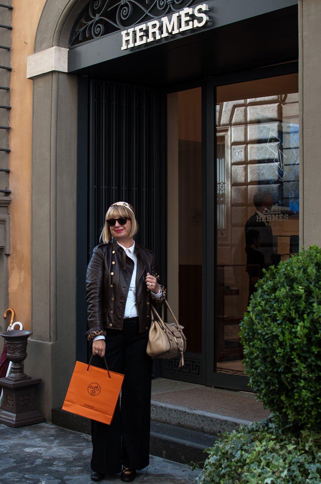 Claudia nella boutique Hermès a Roma