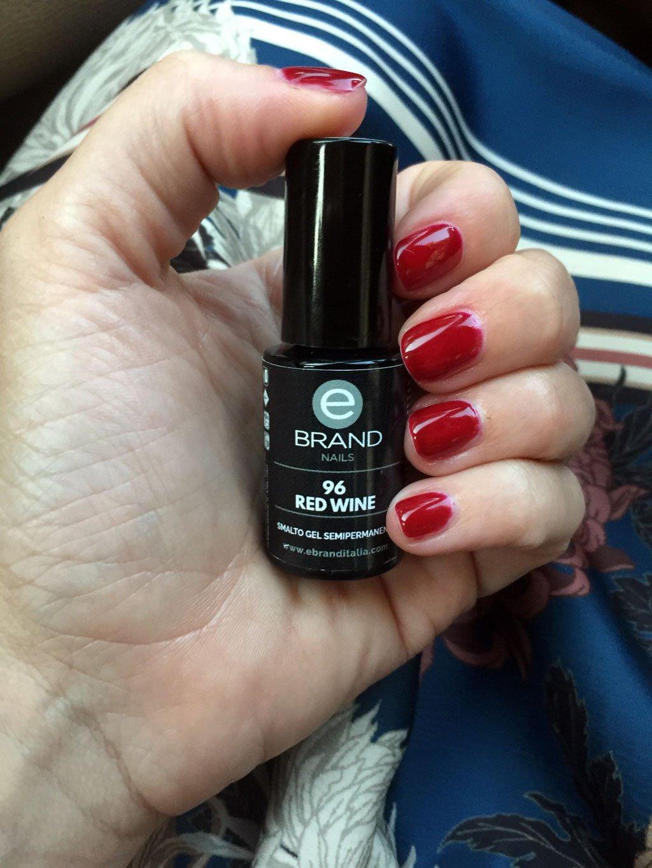 Manicure con smalto semipermanente Red Wine di Ebrand Nails