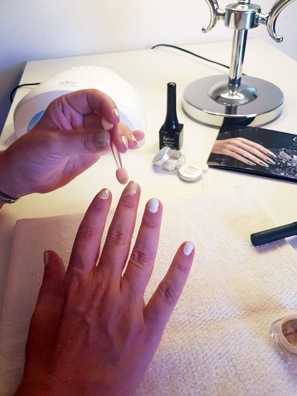 Unghie effetto specchio con i pigmenti be mirror di estrosa - Specchio ad unghia ...