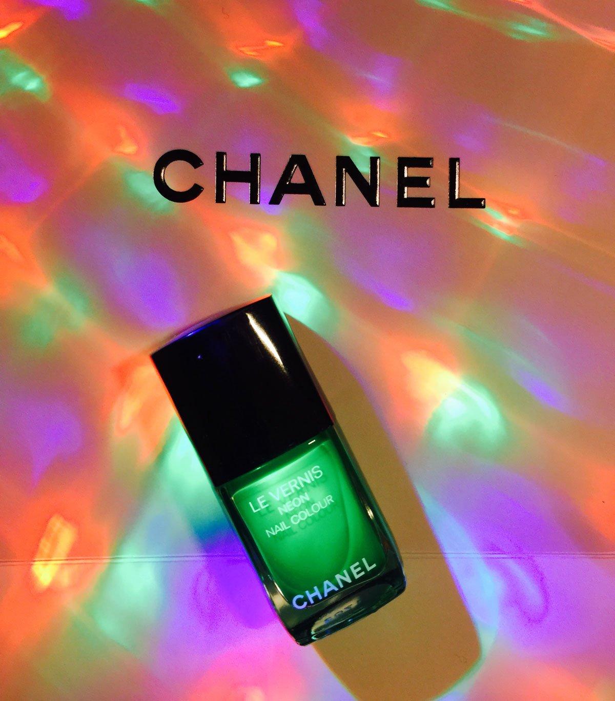 La collezione di smalti Neon Wave di Chanel