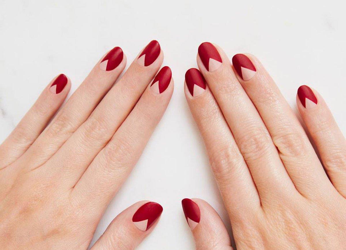 Foto della manicure con cuore rosso