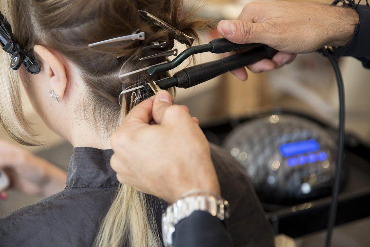 L'applicazione delle hair extensions