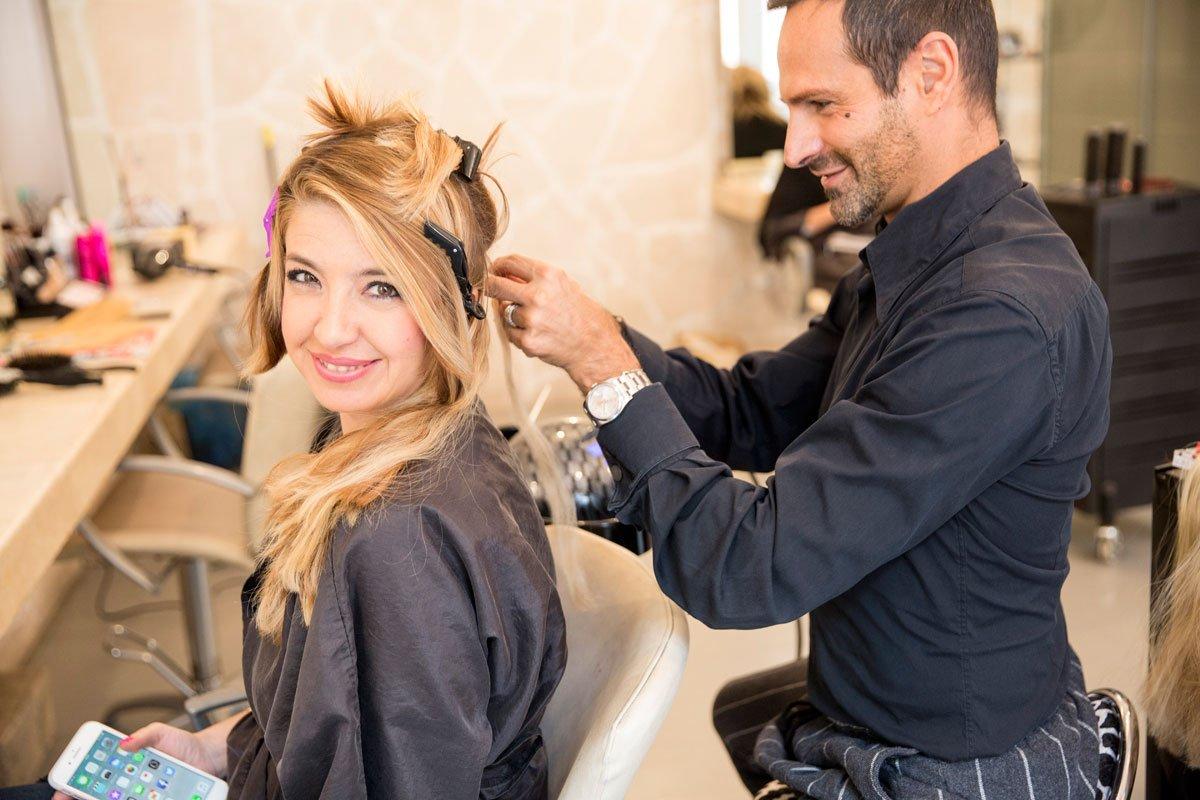 la fase di applicazione delle extension capelli