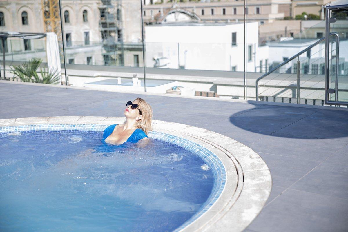 Relax sulla piscina dell'hotel Aleph