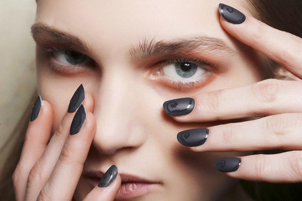 Foto delle unghie con smalto opaco