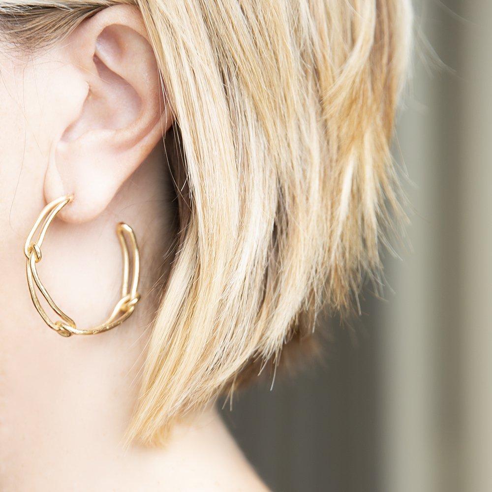 Foto degli orecchini a cerchio di Giulia Barela