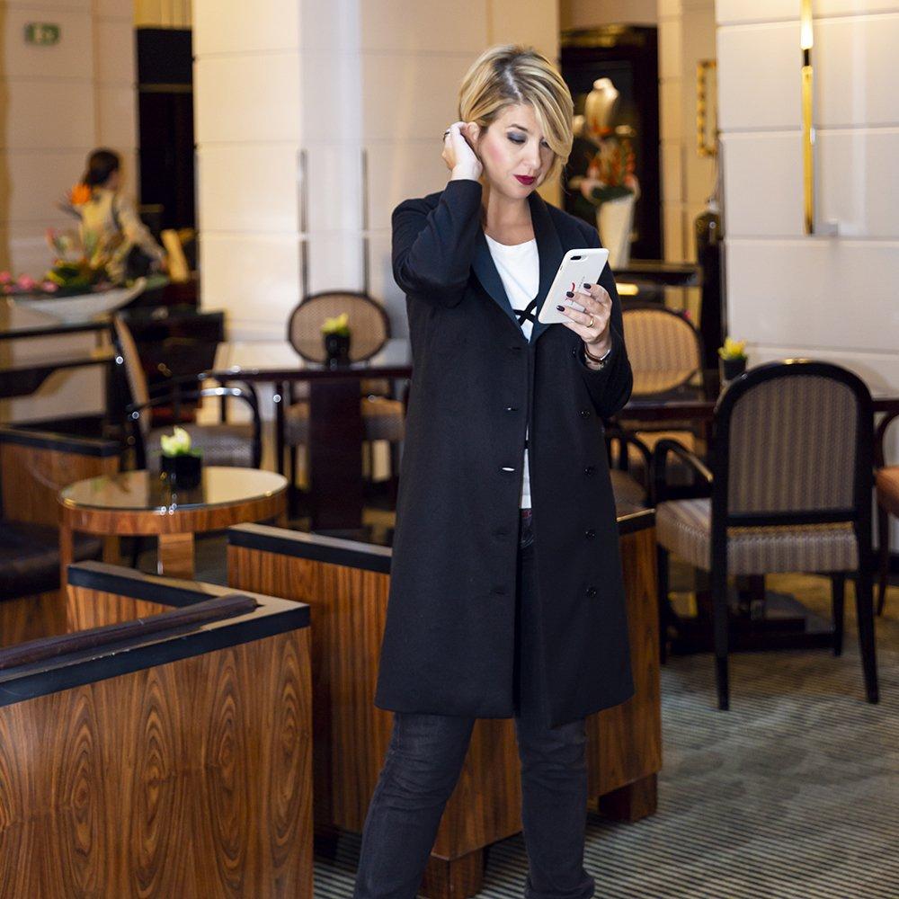 Foto del cappotto nero di Lulu Redgrove