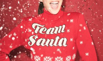 Foto del maglione di Natale rosso con scritta bianca Team Santa