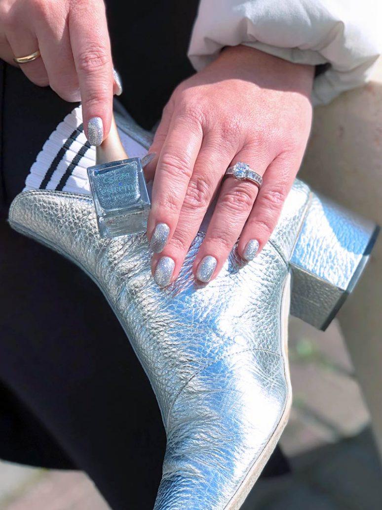 foto della manicure con smalti glitter