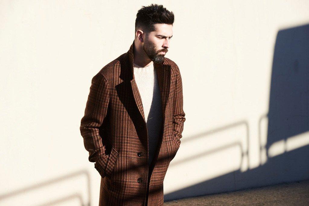 Foto di un modello con cappotto a quadretti