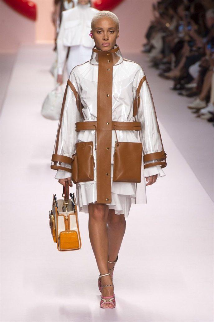 Un modello di Fendi con giacca in bianco e beige