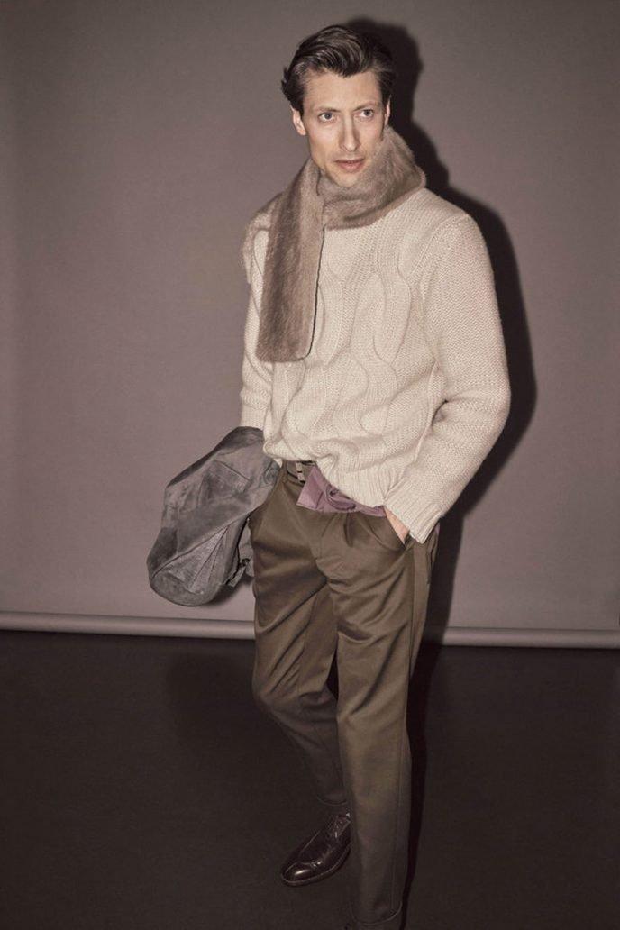 Foto di un modello con un look di Kiton