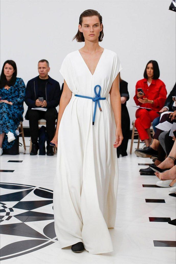 Foto di un abito lungo e bianco di Victoria Beckam