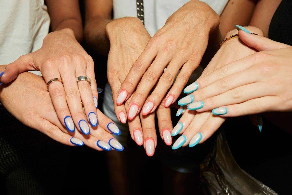 Immagine della nail art con contorni unghie colorate