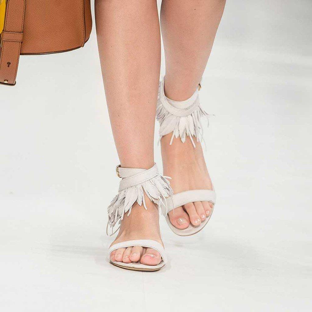 Foto di sandali bianchi con piume