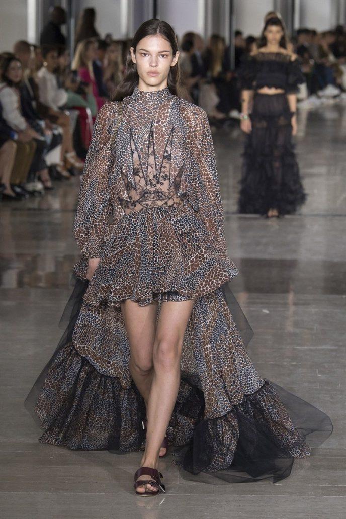 Foto di una modella con abito ampio e lungo