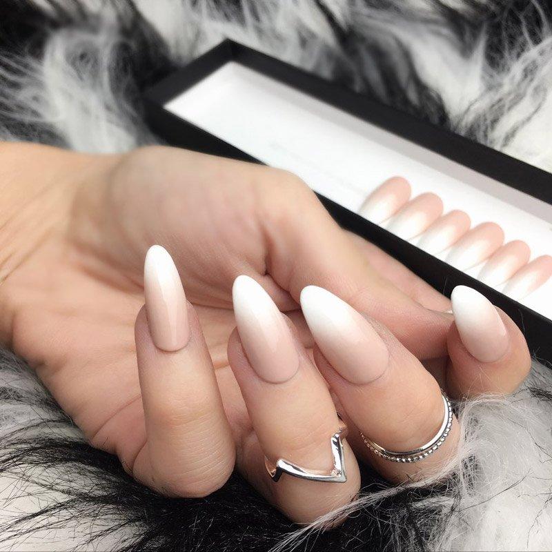 foto della manicure con effetto baby boomer