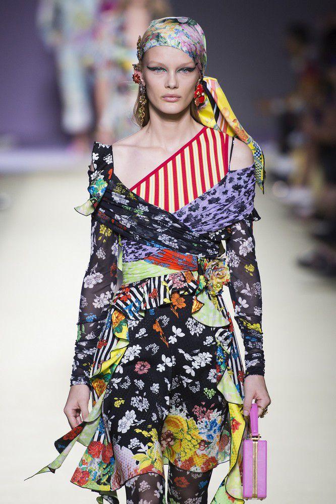 Una foto di un modello di Versace