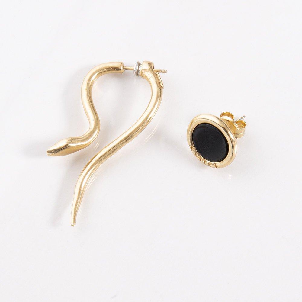 foto di orecchini di Giulia Barela a forma di serpente