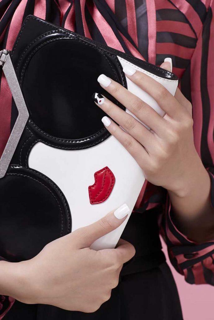 Foto della manicure abbinata alla borsa