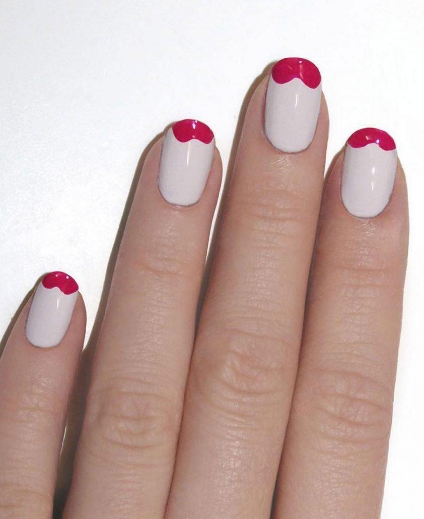Foto di manicure rosa con unghia rossa