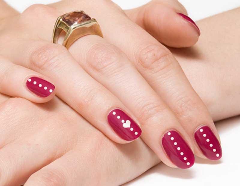 Foto di nail art con cuori e pois