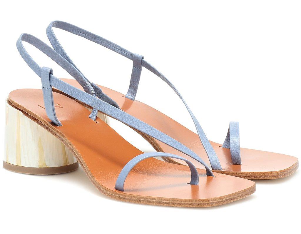 Foto di sandali con listini di pelle azzura