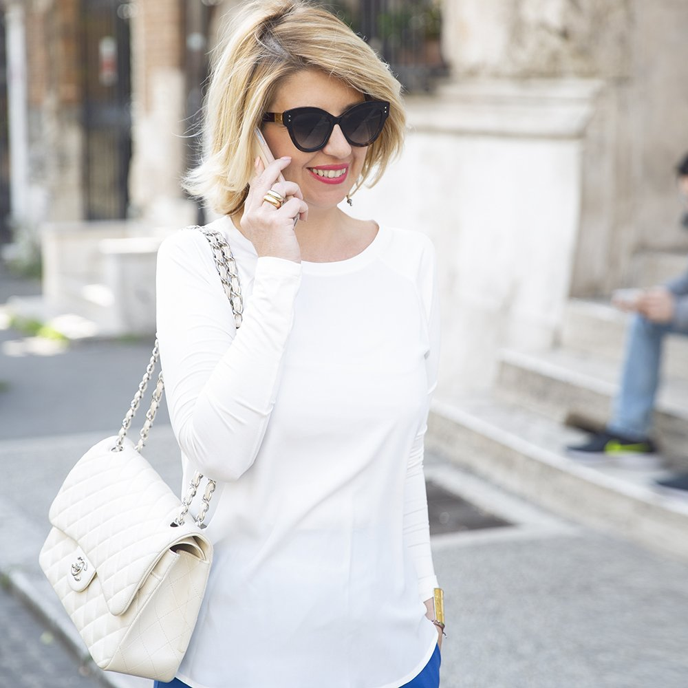 Foto di un look con t-shirt bianca in jersey e seta