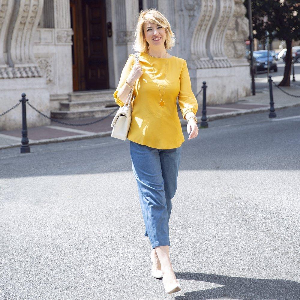Foto di look con camicia gialla e jeans