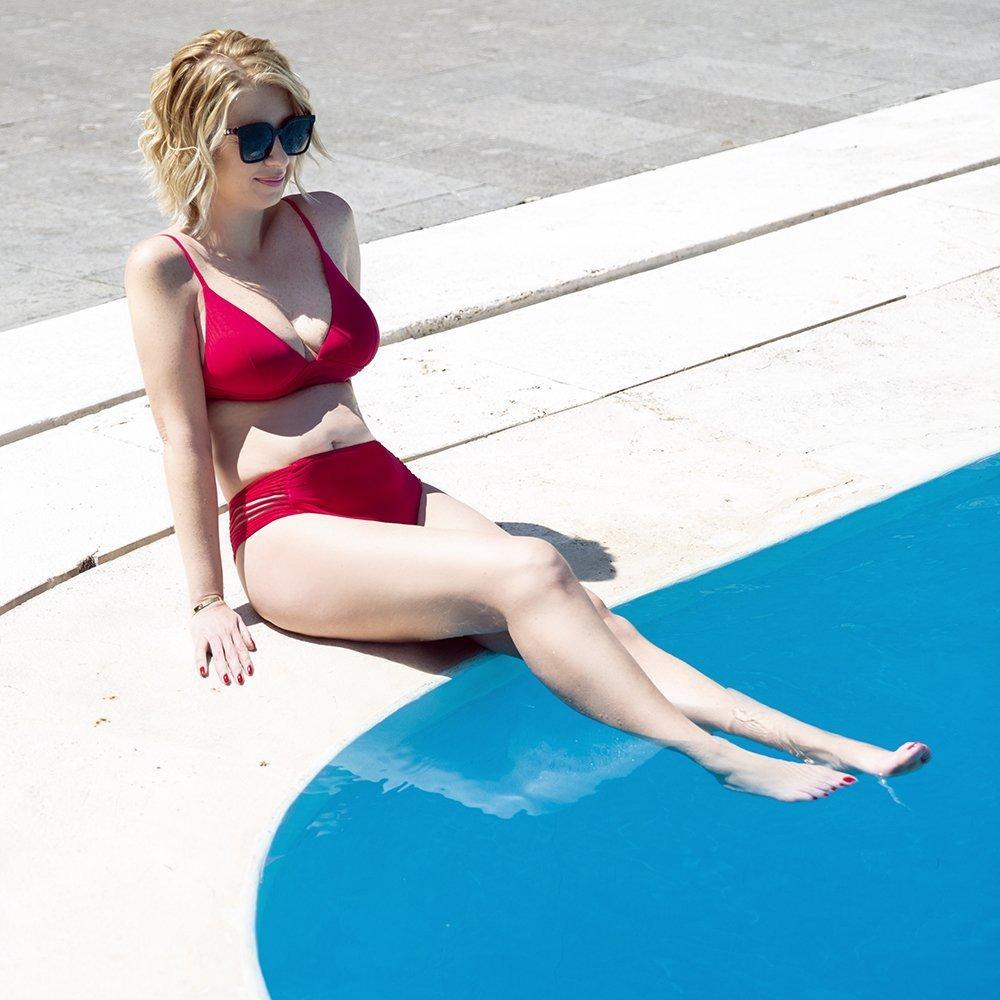 Foto di bikini rosso che sta bene a tutte