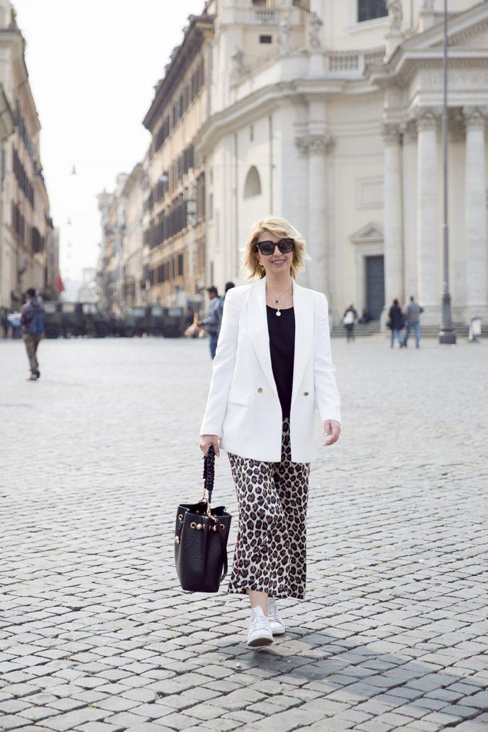 Foto di look primavera estate 2019: giacca bianca e pantaloni maculati