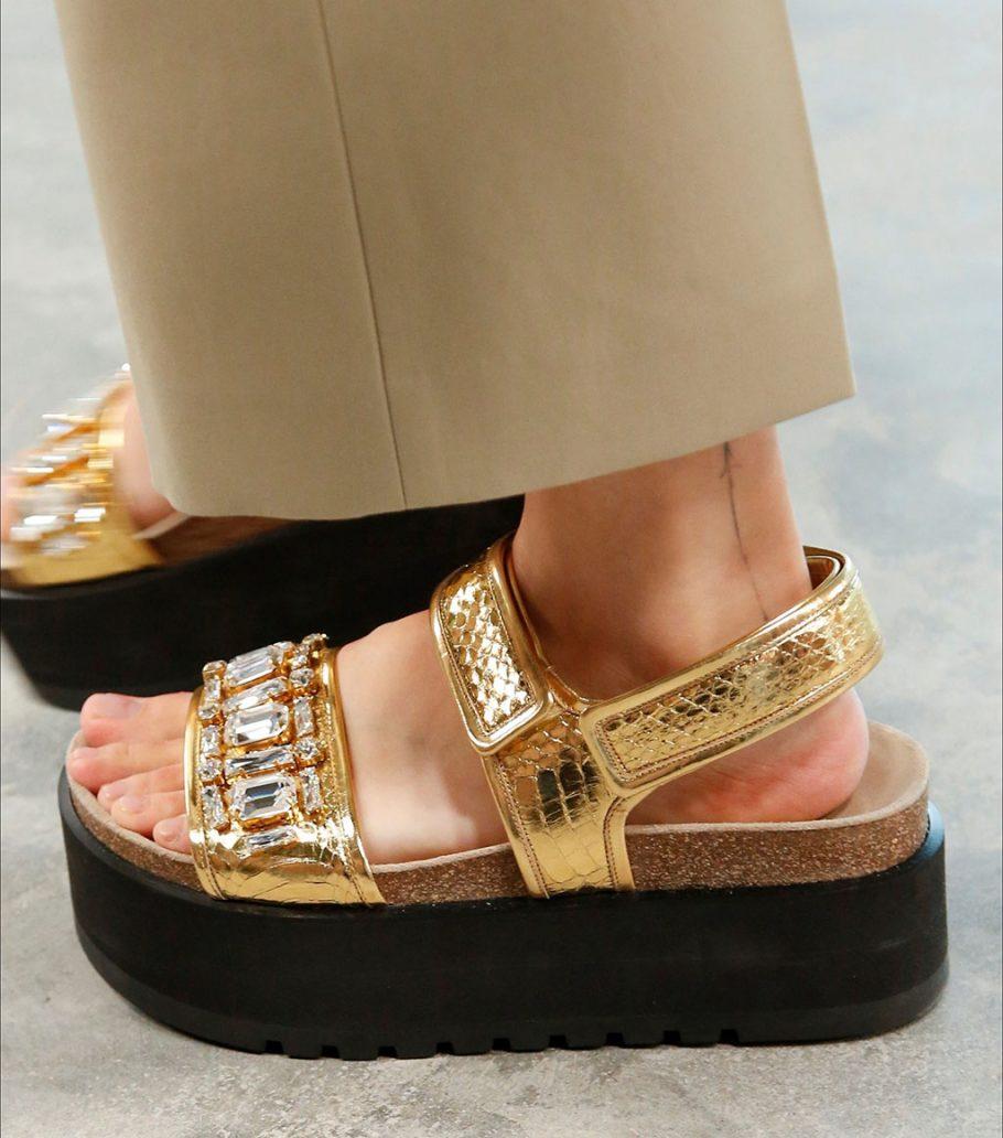 Foto di sandali dorati con pietre
