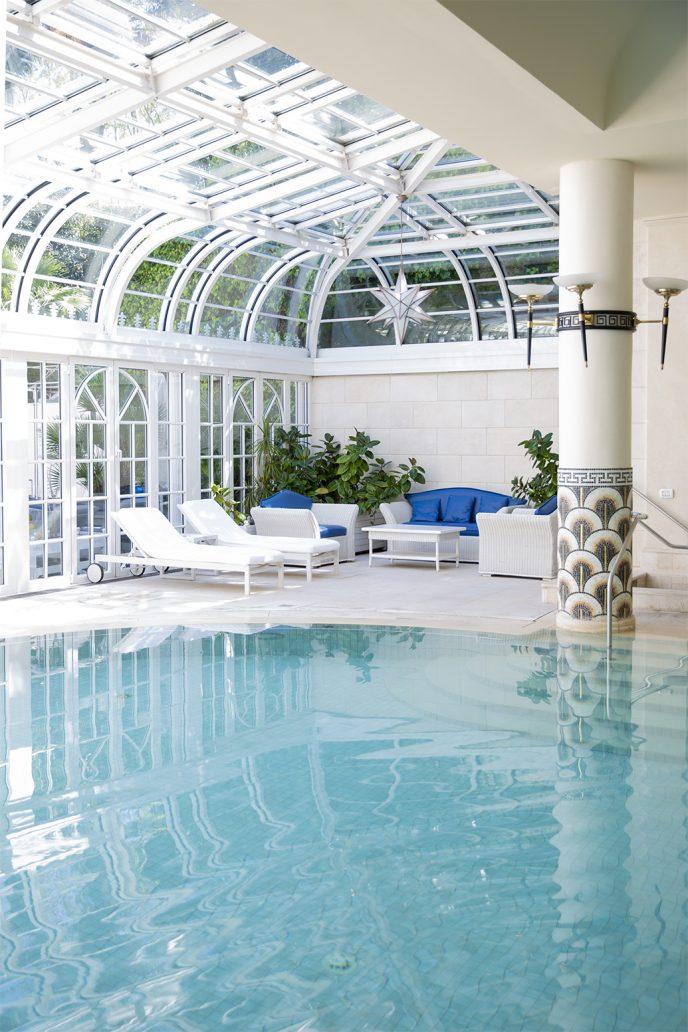 Foto della piscina interna dell'hotel Rome Cavalieri