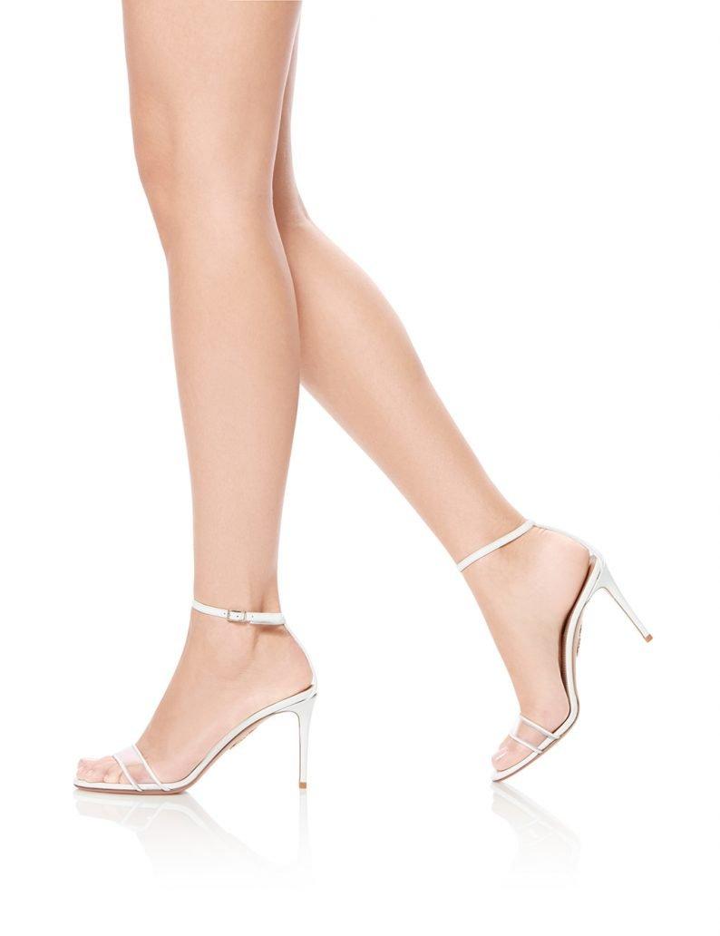 Foto di sandali con dettagli in plexi