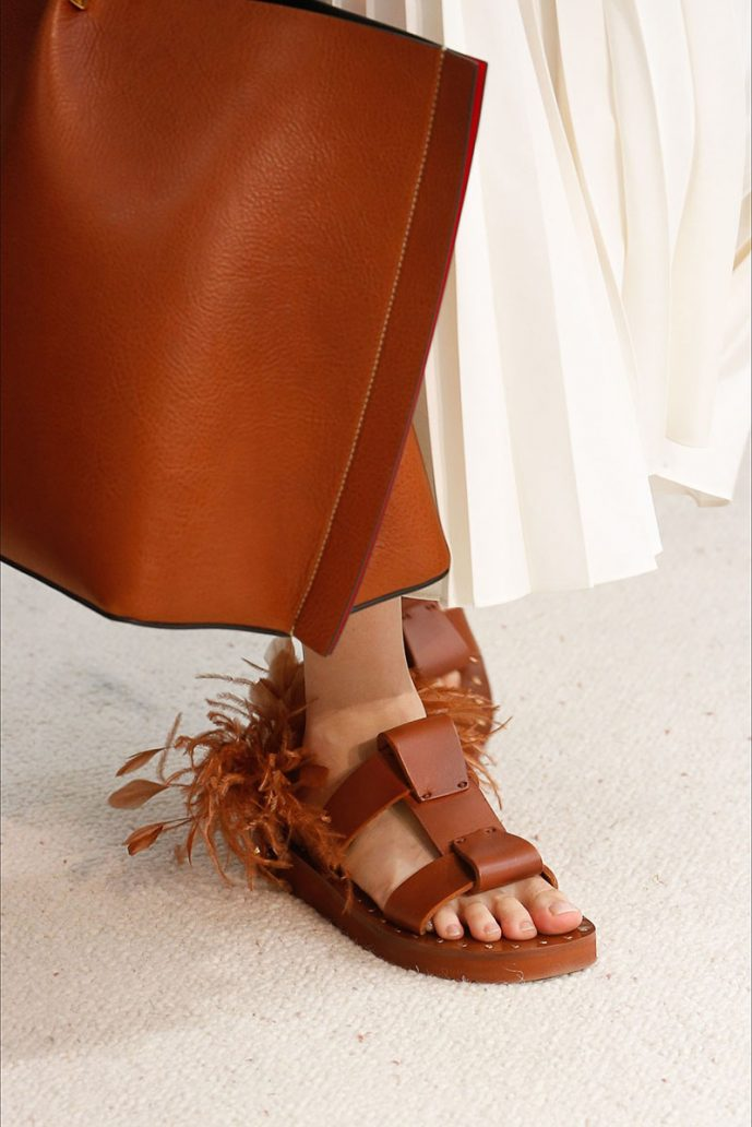Foto di sandali Valentino con piume sul retro