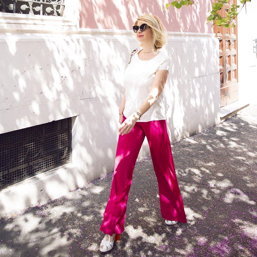Foto di look con t-shirt bianca e pantaloni rosa