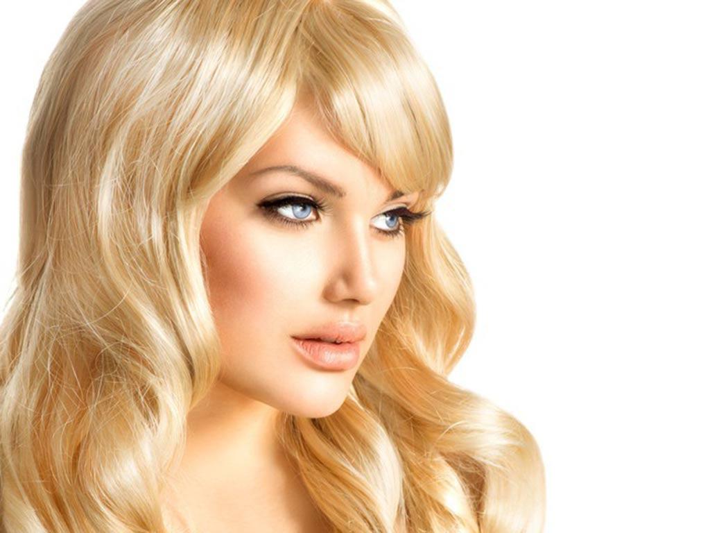 foto donna con capelli biondi