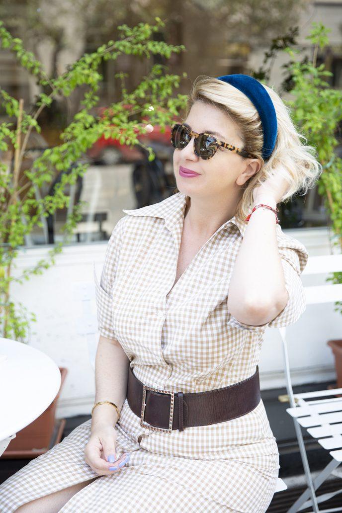 Foto di outfit con maxi cerchietto bombato in velluto