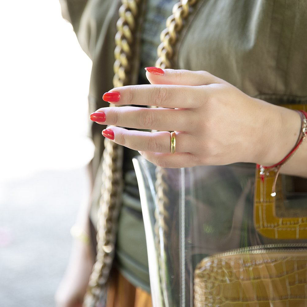 Manicure con lo smalto rosso della collezione New Tribe di Estrosa